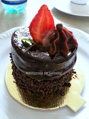 St. Michel Café Confeitaria: Bolo de Chocolate com Morango