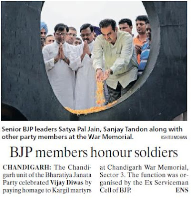 Senior BJP leaders Satya Pal Jain, Sanjay Tandon along with other pary memebrs at the War Memorial.