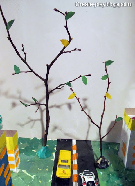 деревья из веточек и цветной бумаги