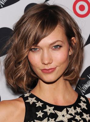 El pelo suavemente ondulado con capas largas le da a tu look aires