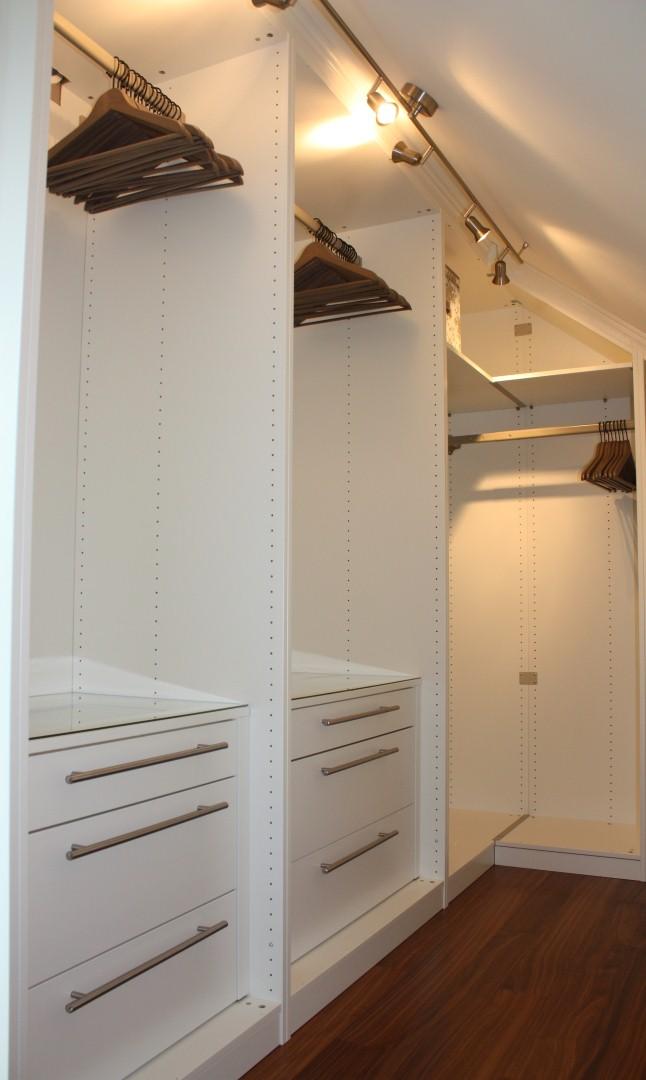 Huset i Glimmerveien: Garderobe på hovedsoverommet