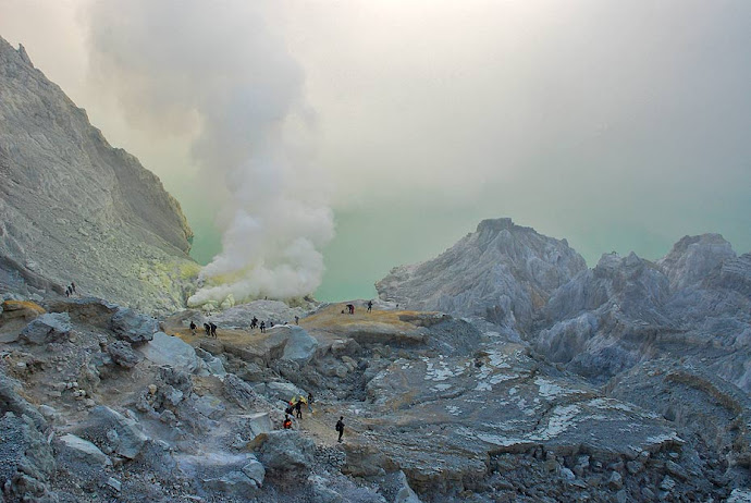 Humo en el cráter