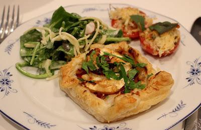 Geitenkaastaartjes met pastasalade en geroosterde trostomaten