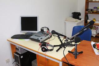 Fotografia do Estudio da Rádio Voz da Foz
