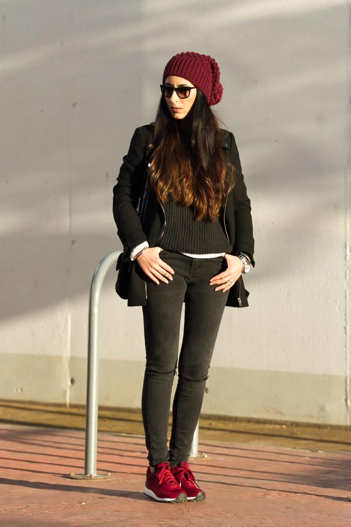 Look comodo y casual con zapatillas deportivas New Balance y gorro de lana con pompom