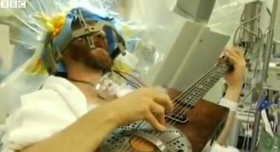 Músico tocou guitarra enquanto lhe operavam o cérebro