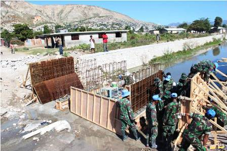 TNI Bangun Jembatan Konstruksi Beton di Haiti