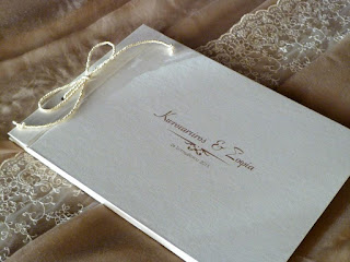 βιβλίο ευχών με το όνομα του ζευγαριού και την ημερομηνία του γάμου