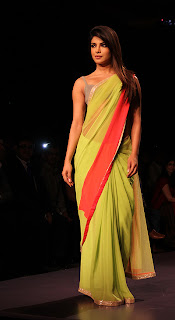 Priyanka, Kajol & Karishma's Sizzling walk on the ramp of Lakme Fashion Week