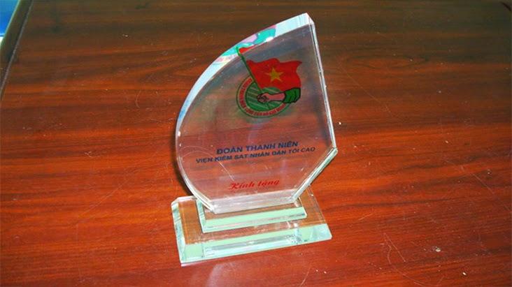 Kỷ niệm chương bằng thủy tinh hình cánh buồm sẽ là quà tặng đối nội, đối ngoại cao cấp hãy đến với chùng tôi để cúng thiết kế sản xuất kỷ niệm chương
