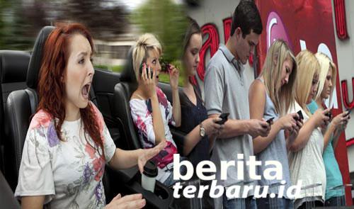 Kecanduan Ponsel Menyebabkan Tulang Belakang Rusak