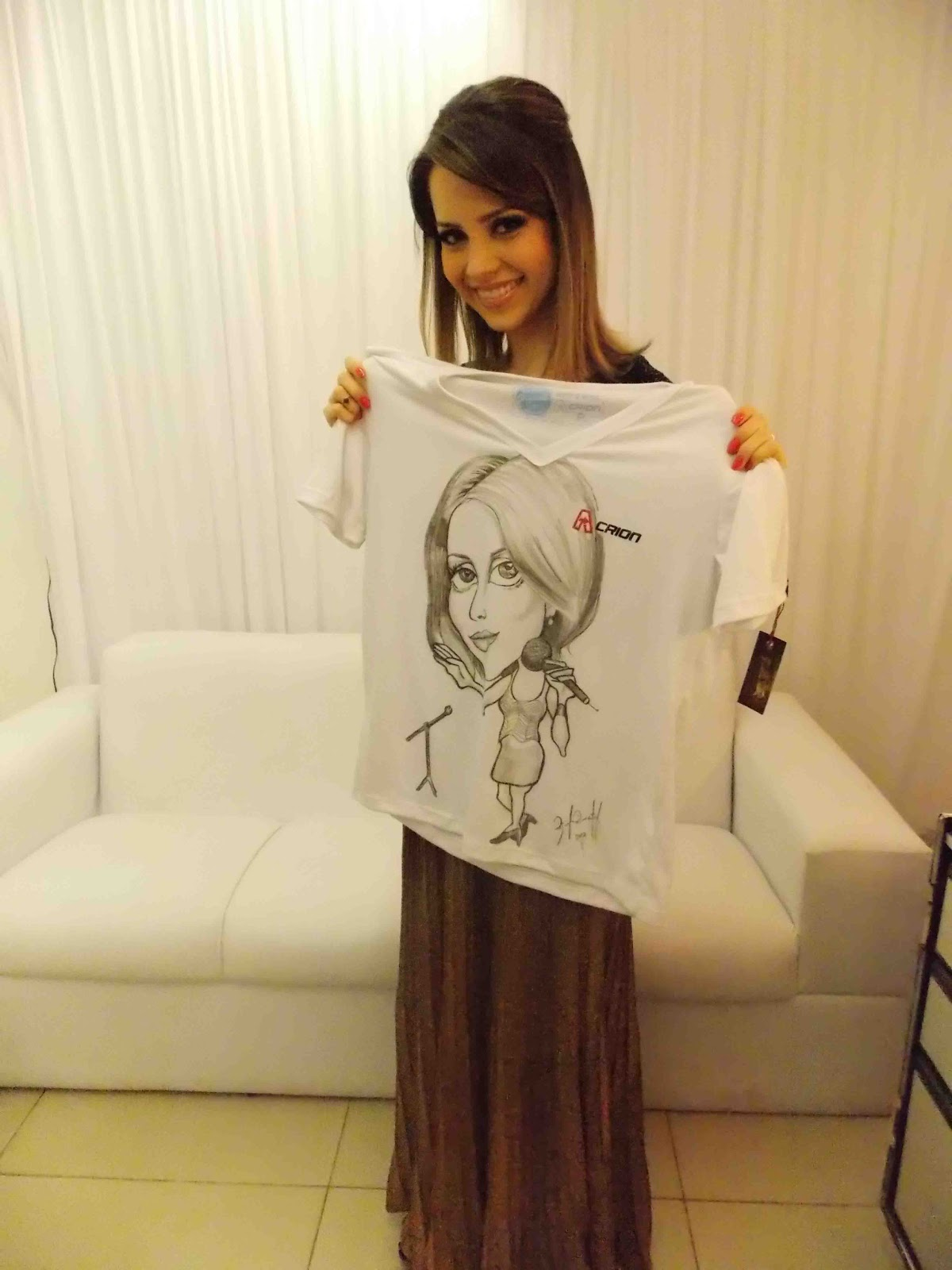 http://3.bp.blogspot.com/--Ve84nkjnuc/UL8ybJNnlpI/AAAAAAAAECU/Fo-YSANcKSY/s1600/Caricatura+na+camisa+_+cantora+Sandy+_desenhista+Priscila+Pimentel.jpg