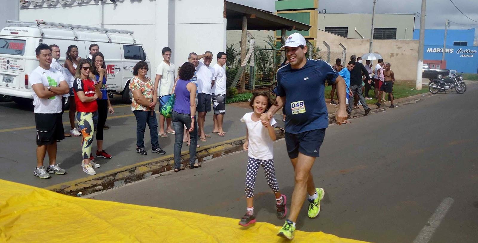 Foto 151 da 1ª Corrida Av. dos Coqueiros em Barretos-SP 14/04/2013 – Atletas cruzando a linha de chegada