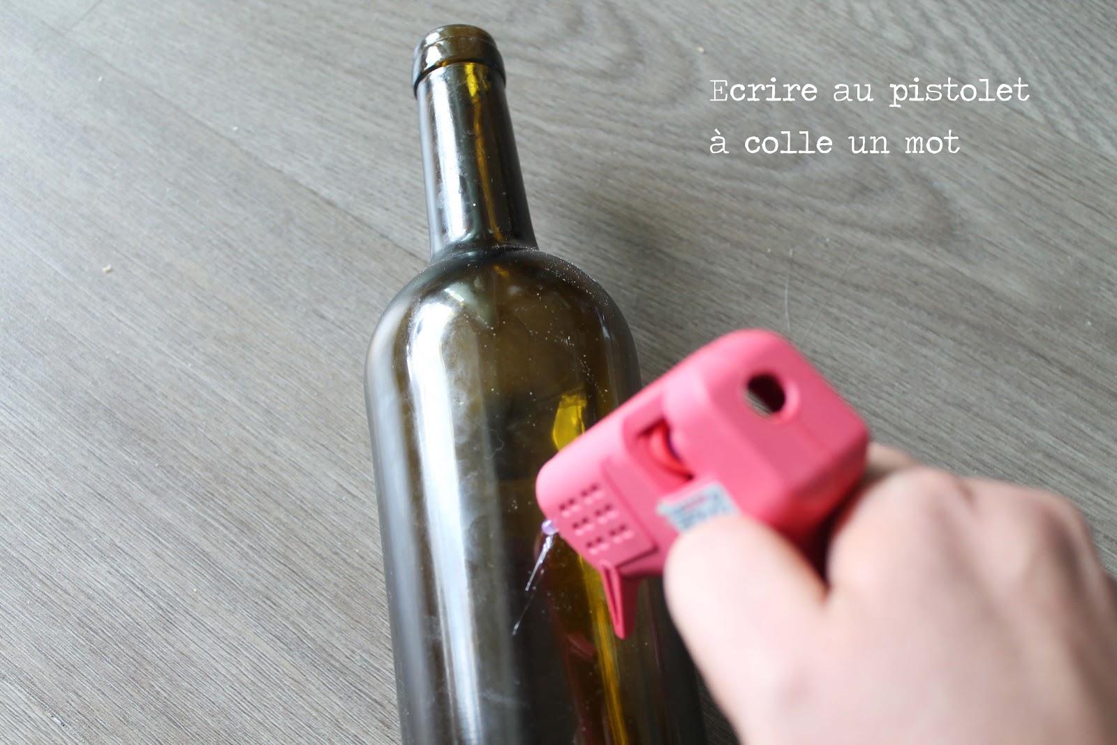 Diy recycler une bouteille de verre en soliflore avec - Diy pistolet a colle ...