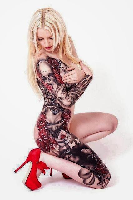 Tatuaje en el cuerpo de chica rubia