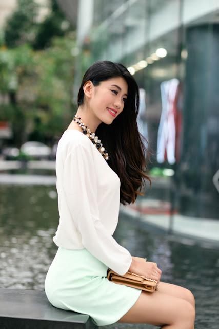 Sơ mi lụa mềm và chân váy xanh pastel dành cho các cô nàng yêu phong cách thanh lịch và gợi cảm nhẹ nhàng.