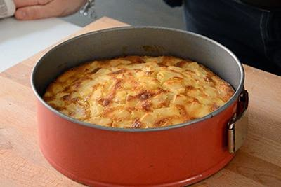 Torta di mele: cuocere la torta in forno preriscaldato a 180° per circa 45-50 minuti