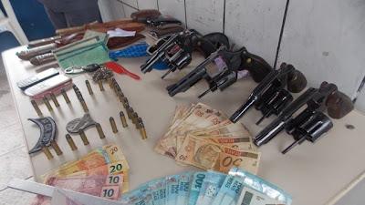 Armas, Celulares, Munição, Facas, Dinheiro aprendidos pela PM (Foto:Blog do Foguinho)