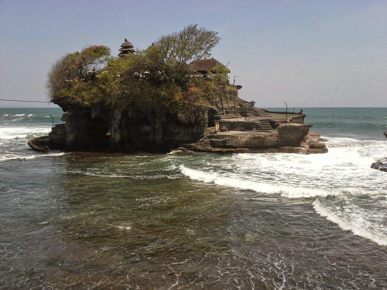 Tanah Lot, Bali, Indonesia, situado en medio del océano en un islote rocoso.