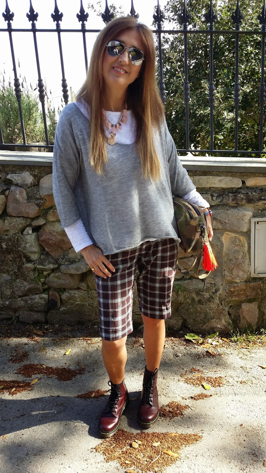 Look Bermudas surf, jersey eseOese, botas Dr. Martens, collar Pitusse by Lott, Carmen Hummer style