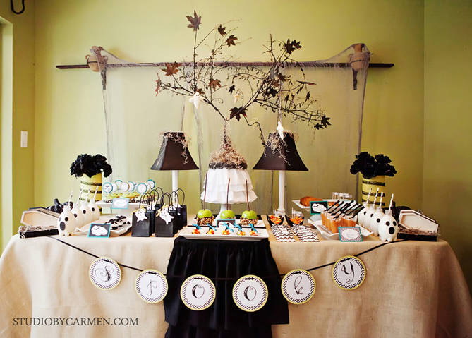 Kara 39 S Party Ideas Elegant Halloween Party Dessert Table
