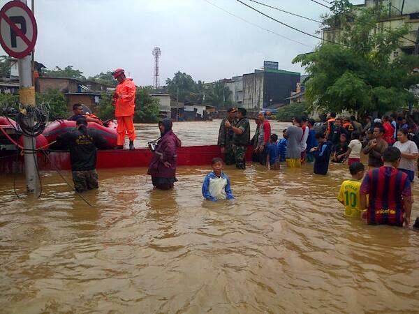Air di Kampung Pulo Lampaui Permukaan Jalan Raya Jatinegara