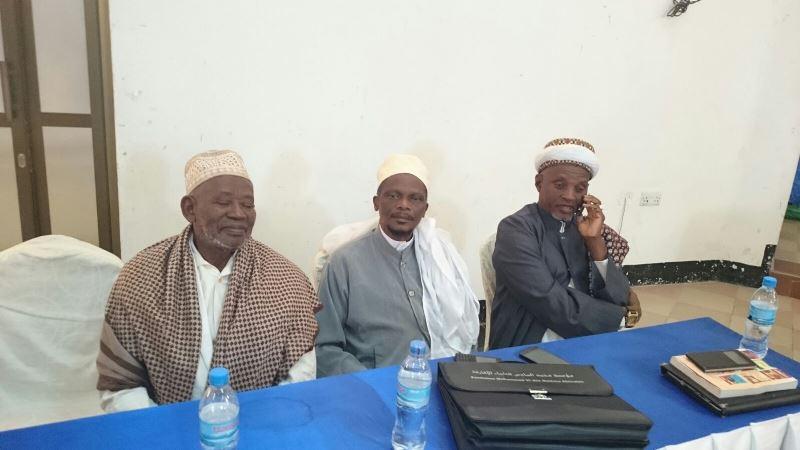 Mufti mpya, Sheikh Abubakary Zuberi (aliyeketi katikati) ambaye amechaguliwa leo na wajumbe wa BAKWATA mkoani Dodoma kuwa Mufti wa Tanzania akichukua nafasi ya hayati Sheikh Issa Bin Simba