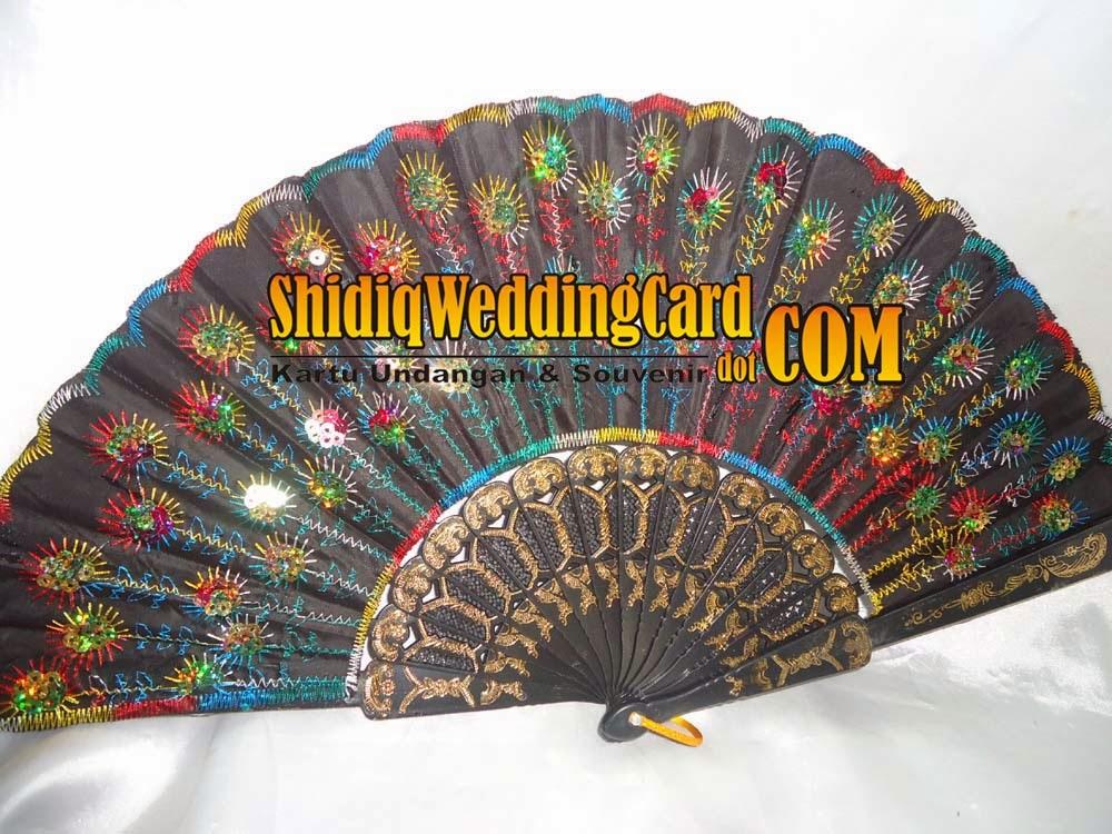 http://www.shidiqweddingcard.com/2014/02/souvenir-kipas-bordir-payet.html