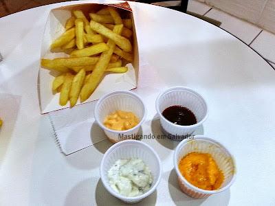 Manneken Fritas e Waffles: Batata Frita Belga e Molhos Cheddar, Barbecue, Gorgonzola e Billijack