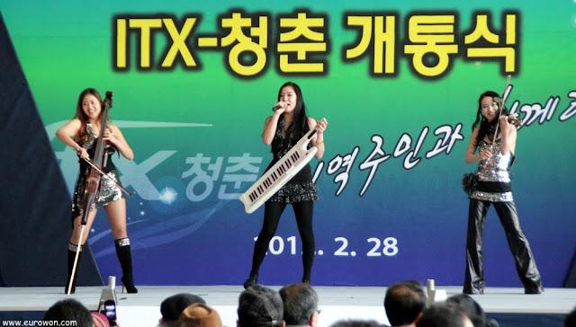 Chicas coreanas tocando de música clásica con toque rock
