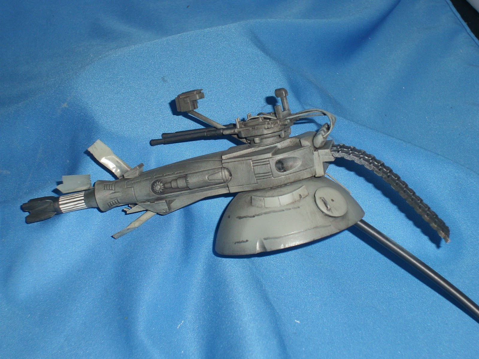 Tha main gun is a belt fed cannon system while the upper gun is a