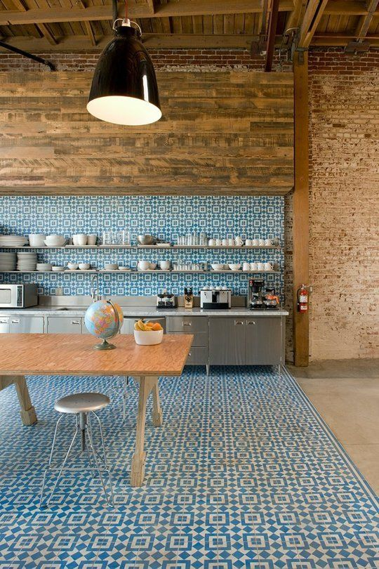 cozinha com piso e azulejo hidraulico