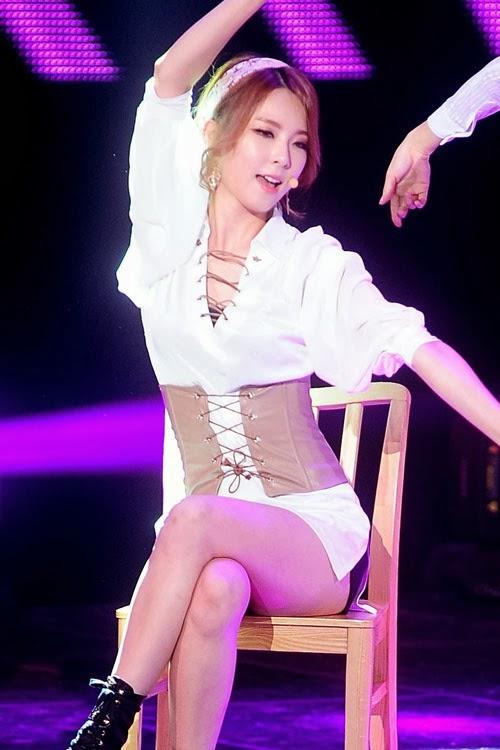 Ca sĩ Hàn mặc quần ngắn tạo dáng nhạy cảm