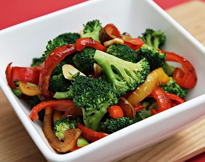 Salteado de Brócolis com Pimentão (vegana)