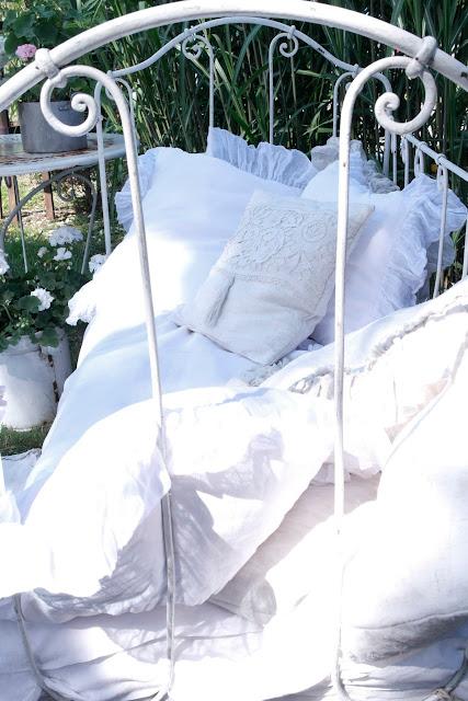 Ein Shabby chic Kinderbett im Garten