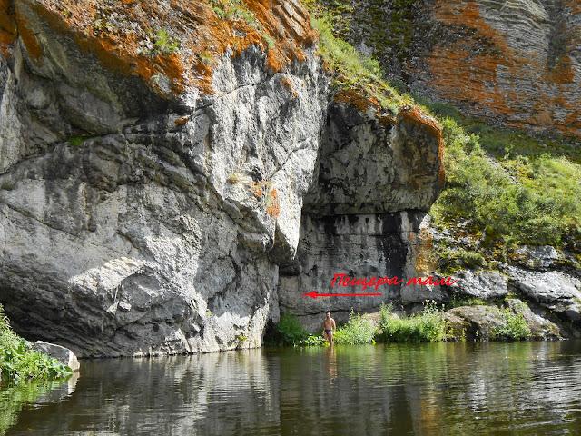 Около входа в пещеру