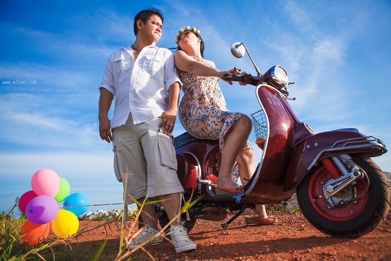 FOTO PREWEDDING ROMANTIS DENGAN VESPA  dibingkai.com