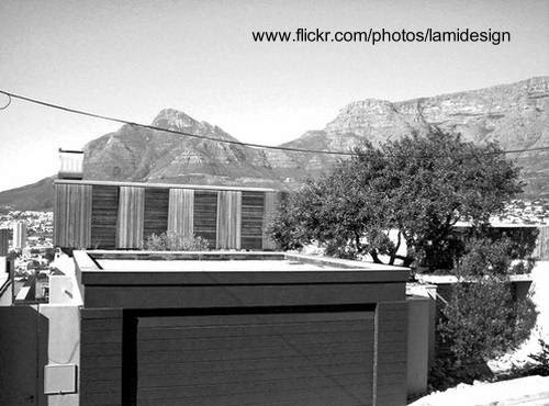 Vista del frente de la casa desde la calle mirando hacia las cocheras