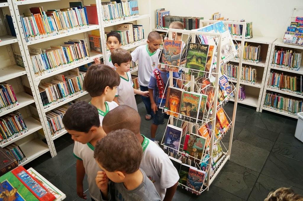 Alunos da Rede Municipal de Ensino visitam o Cantinho da Leitura Infantil, na Biblioteca Municipal