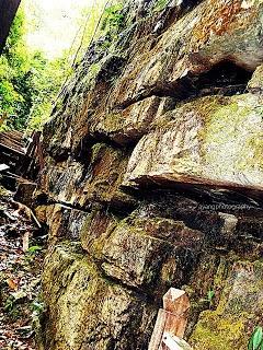 Batu Berdinding Bukit patoi