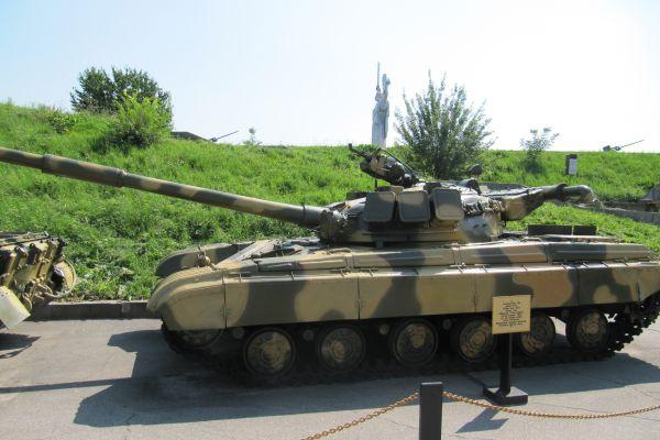 Panzer im vordergrund, mutter heimat im hintergrund