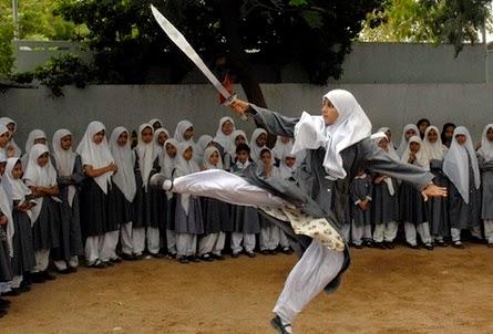 Wanita jilbab cantik blajar wushu