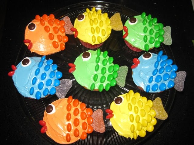 The briggs family 04 02 2011 fishy cupcakes for Fun and easy cupcake decorating ideas