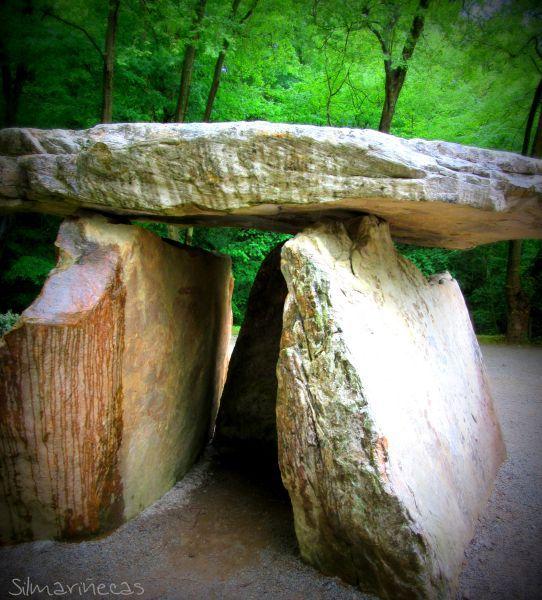 Dólmen del parque megalítico de las cuevas de Sara