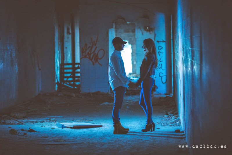 Javi y Sandra en fotos en una fábrica abandonada, con una luz azul
