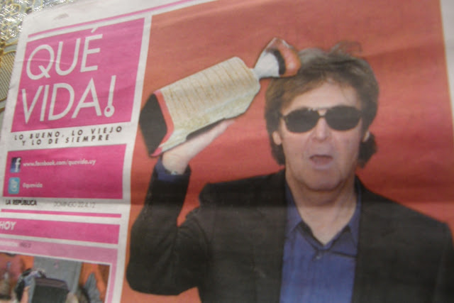 Paul McCartney sostiene un pan francés.