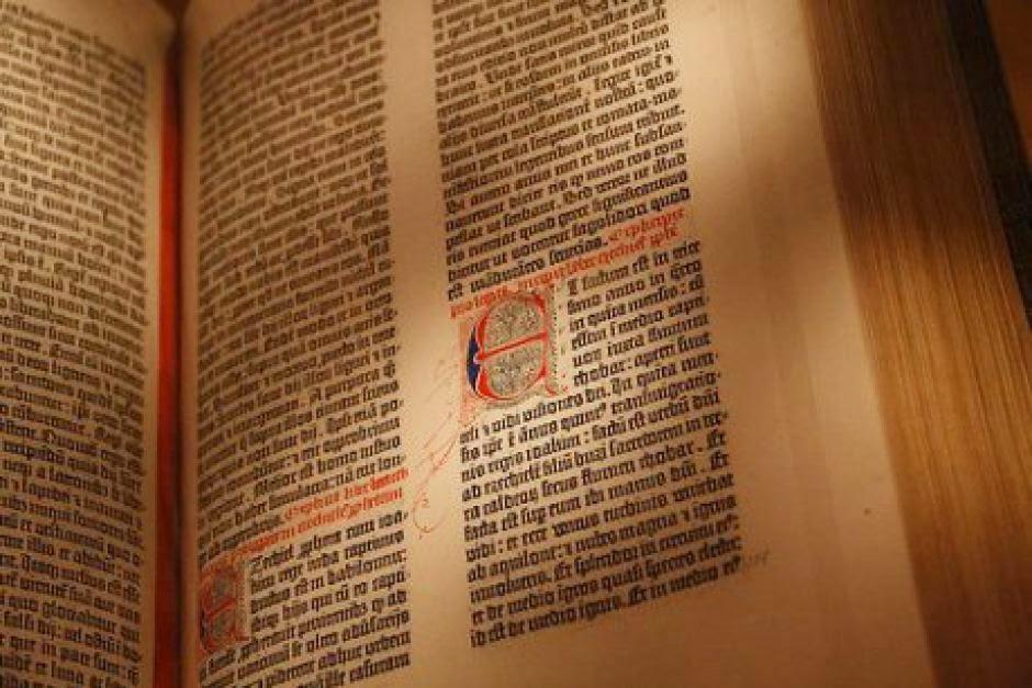 Kitab Injil Gutenberg Yang Bersejarah dari Abad Ke-15 Dipamerkan di Melbourne A