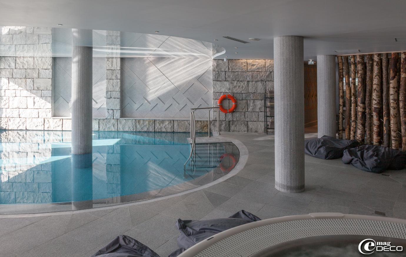 Dans la continuité du spa 'Pure Altitude' de l'hôtel 'Altapura', la piscine se pare de granit gris