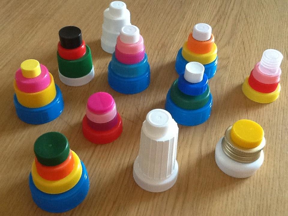 Mangia leggi crea cinque giochi per riciclare i tappi di for Case facili da costruire