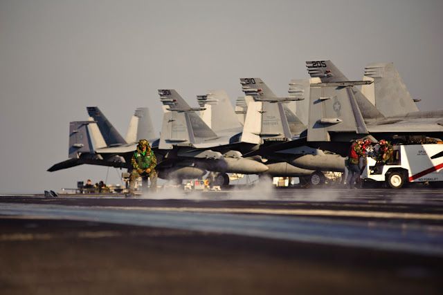 Porta-aviões (M570 - 43PM/2011)  U.S.-Navy-photo-by-Mass-Communication-Specialist-3rd-Class-Will-Tyndall